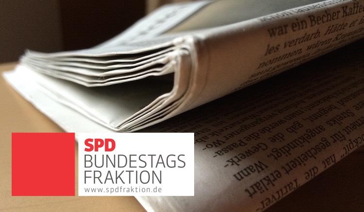 Zeitungsstapel, davor Logo der SPD-Bundestagsfraktion