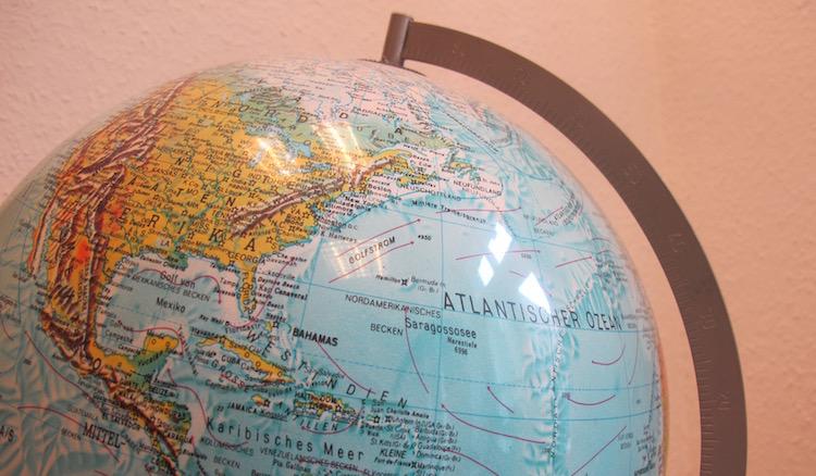 Auf dem Fotos ist ein Leuchtglobus zus sehen als Symbol für weltweiten Austausch