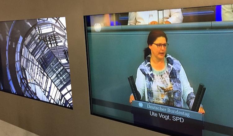 Foto von Fernsehbild mit Ute Vogt am Rednerpult des Deutschen Bundestages