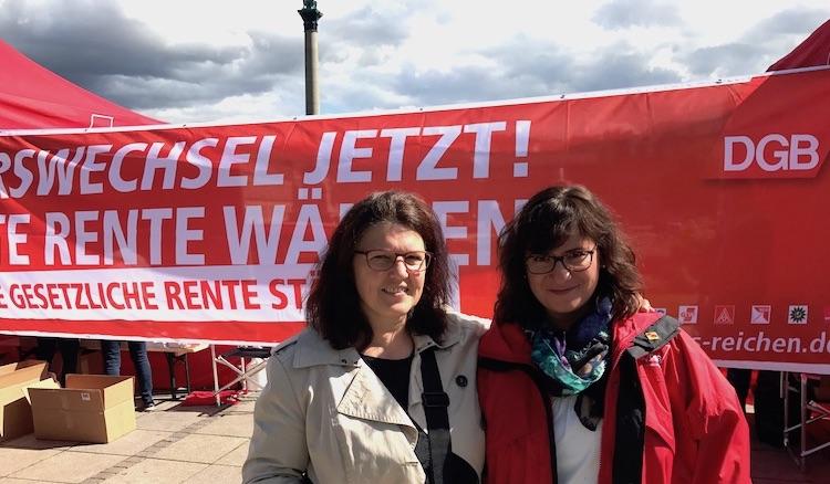 Mit Sarah Pawlowski vom DGB auf dem Schlossplatz in Stuttgart