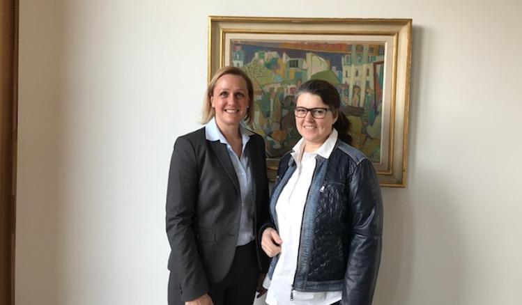 Marjoke Breuning, seit 2017 neue IHK-Präsidentin, und Ute Vogt stehen vor einem Gemälde