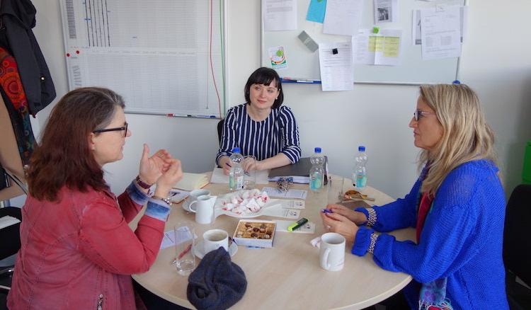 Ute Vogt sitzt an einem Besprechungstisch mit Projektleiterin Nicole Frank und Geschäftsführerin Waltraud Streit