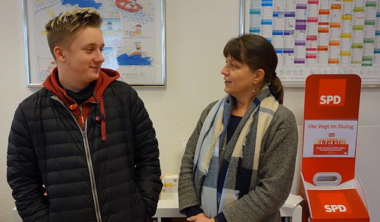 Mario Meyer und Wahlkreismitarbeiterin Claudia Eichert stehen am Ende einer spannenden Arbeitswoche im Büro