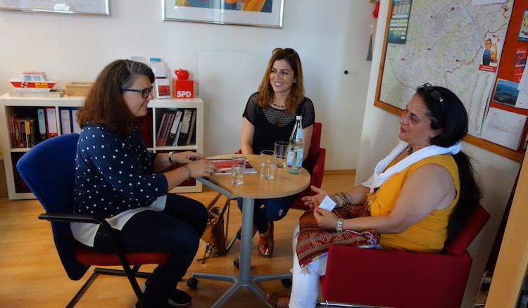 Ute Vogt in lockerer Gesprächsrunde am Besuchertisch im Wahlkreisbüro mit Seval Gümüs und Gülay Akdemir