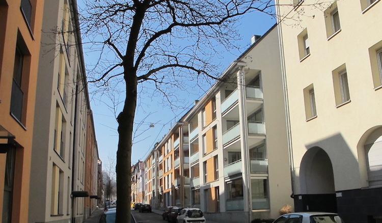 Straße mit rechts und links viergeschossigen Mietshäusern