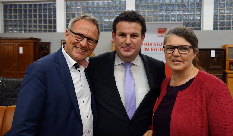 Stadtrat Udo Lutz, Bundesminister Hubertus Heil und Ute Vogt lächeln zu dritt in die Kamera