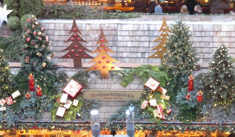 Die Dächer der Weihnachtsmarktbuden von oben, schön geschmückt