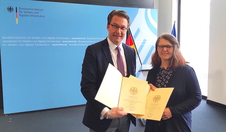Ute Vogt nimmt im Bundesministerium für Verkehr von Minister Andreas Scheuer die zwei Urkunden entgegen
