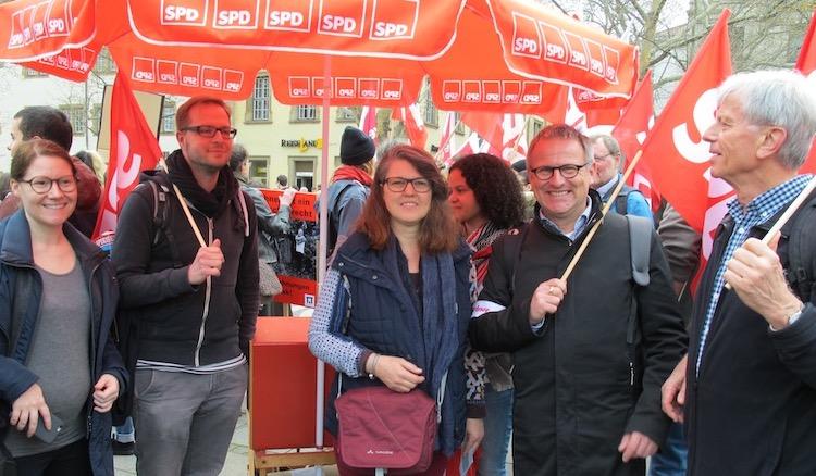 Ute Vogt steht mit 6 anderen unterm großen roten SPD-Schirm am Stand