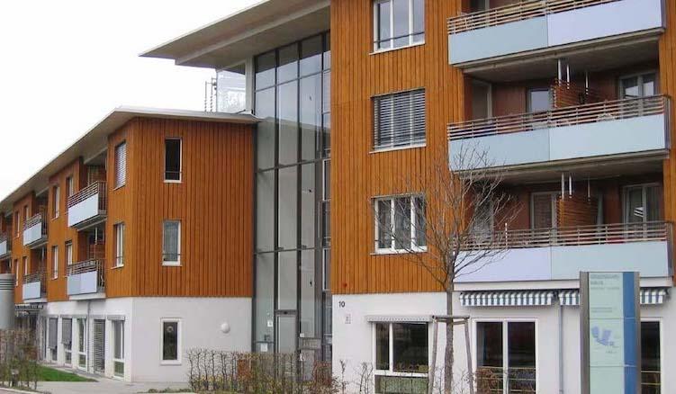 Blick auf die ansprechende Architektur des Pflegeheims Gradmannhaus in Kaltental mit seinen Holzverschalten Außenwänden.