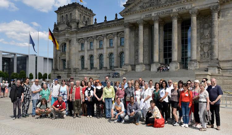 Die 50 Teilnehmer gruppieren sich auf dem Platz vor dem Deutschen Bundestag