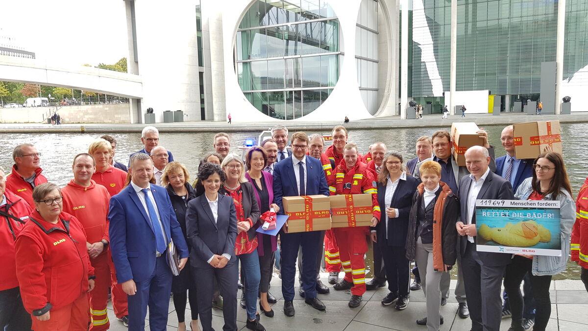 Übergabe der DLRG-Petition zur Bäderrettung an den Petitionsausschuss des Bundestages