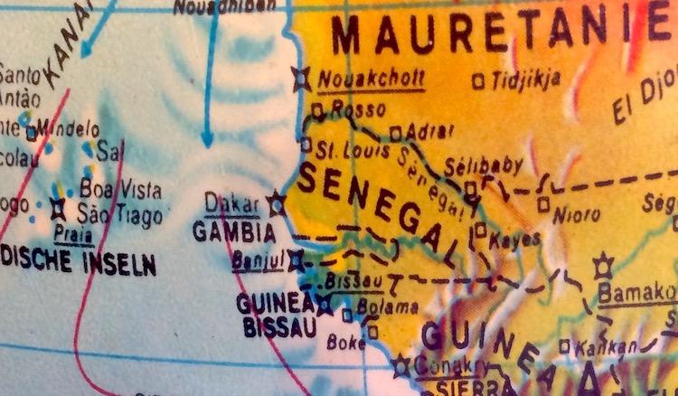 Ein Foto von einem alten Globus mit dem Ausschnitt der afrikanischen Westküste