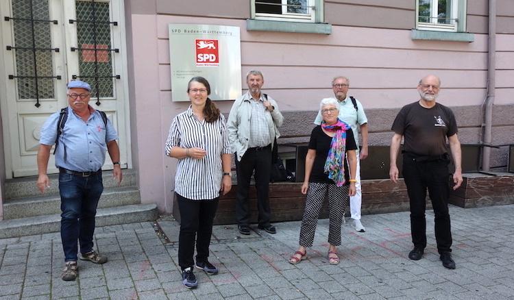 Ich stehe mit meinen Gesprächspartnern mit Corona-Abstand auf dem Wilhelmsplatz vor meinem Büro