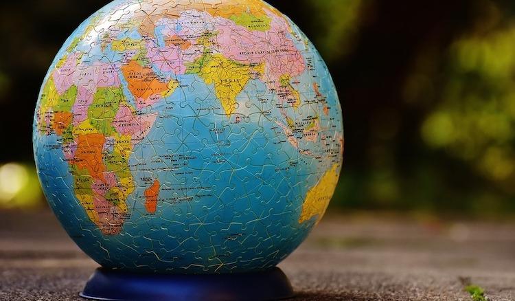 Ein Globus aus Papp-Puzzleteilchen